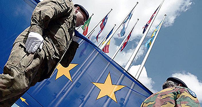 Eiropas korpusa nodaļas karavīri pie ES karoga