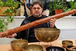 Александр Немировский с новозеландским духовым инструментом Диджериду