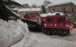 Glābēji cenšas iekļūt sniega lavīnas izpostītajā viesnīcā