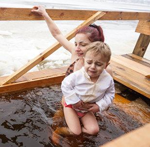 11. novembra krastmalā Rīgā notika Daugavas ūdeņu iesvētīšanas ceremonija