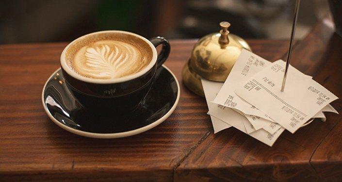 Чашка кофе и кассовые чеки