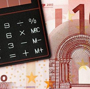 Kalkulātors un eiro. Foto no arhīva