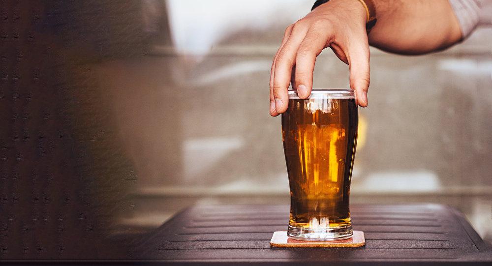 Бока пива с рукой