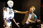 Организатор выставки Игорь Никитин рассказывает о роботе-андроиде Теспиане