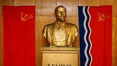 Флаг СССР, бюст Ленина и флаг Латвийской ССР