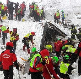 Спасатели работают в районе отеля Rigopiano