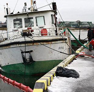 Утонувший кораблик Bremene возле пирса