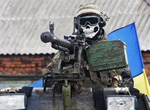Ukrainas Bruņoto spēku karavīrs bruņumašīnā. Foto no arhīva