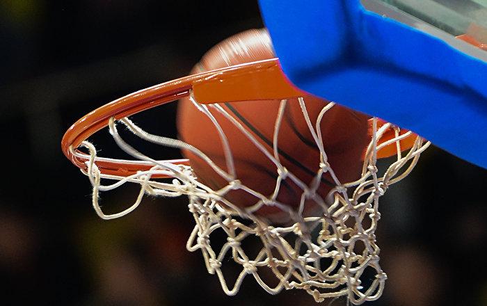 Баскетбольный мяч в корзине, архивное фото