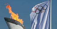 Чаша Олимпийского огня и флаг Олимпиады, архивное фото