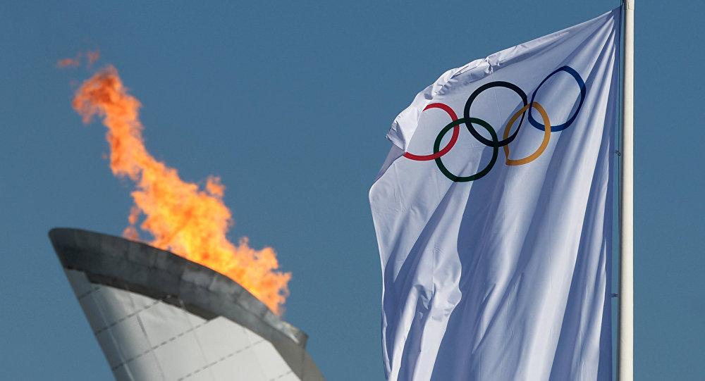 Чаша Олимпийского огня и Олимпийский флаг