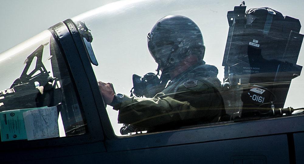 Пилот в самолете. Архивное фото