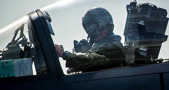Архивное фото пилота в самолете
