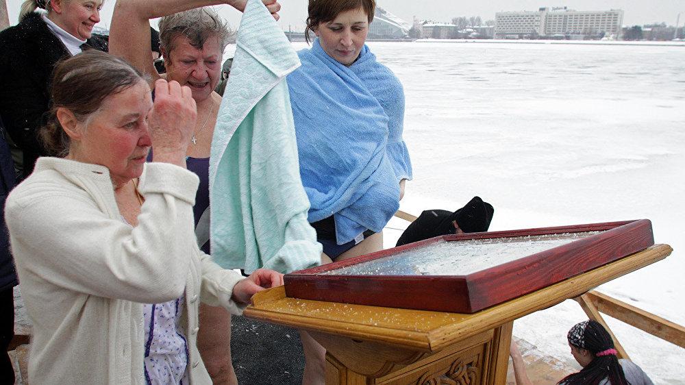 Rīga. Iegremdēšanās iesvētītajā ūdenī Kunga Kristību dienā.