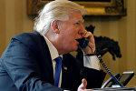 Президент США Дональд Трамп разговаривает по телефону