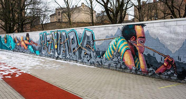 Grafiti Rīgas vidusskolas sporta laukumā