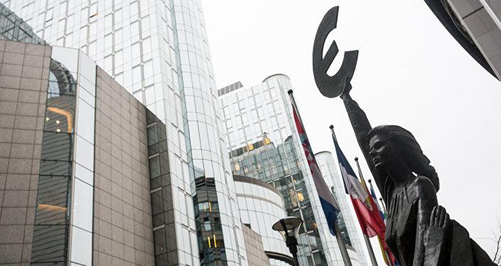 Статуя Евро у здания Европейского парламента