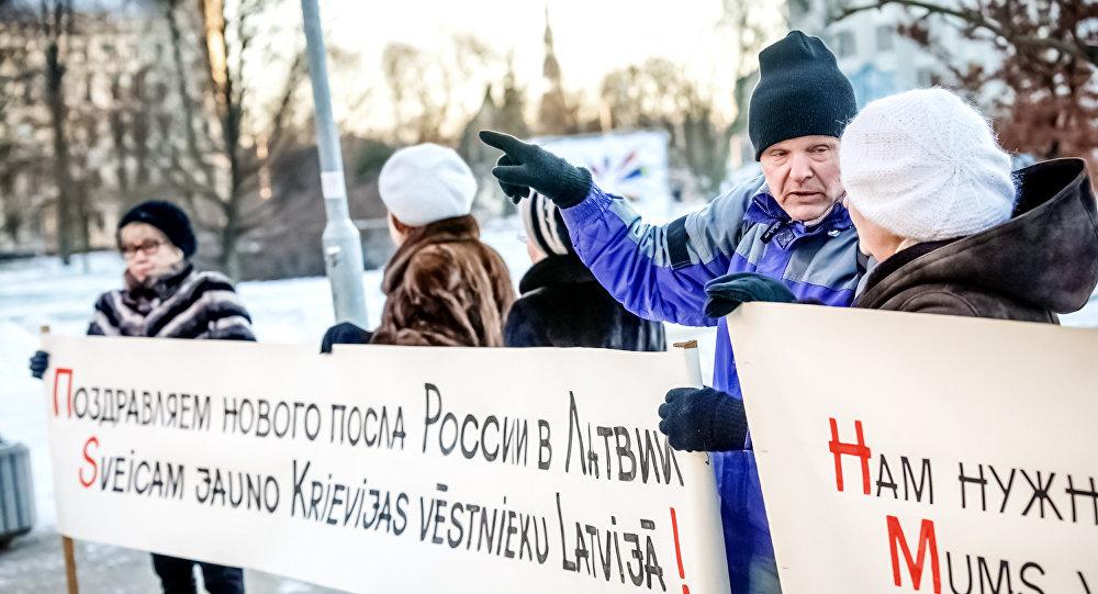 Рижане провели пикет дружбы перед посольством РФ