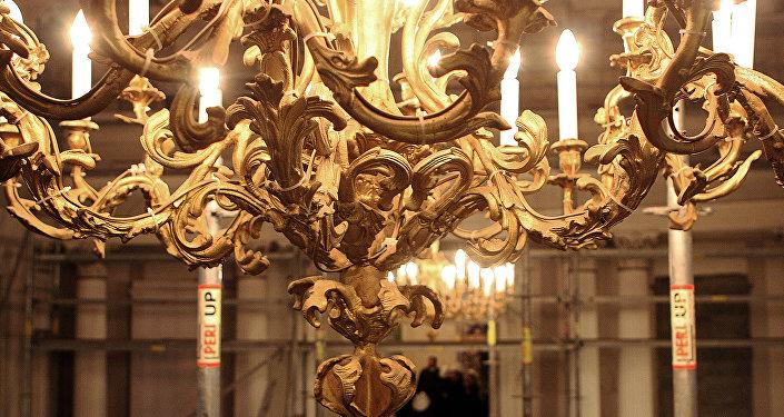 Люстра в Белом зале Рижского замка