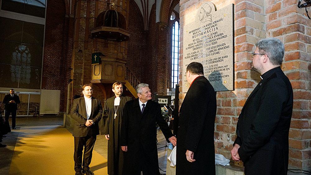 Президент Германии Йоахим Гаук и президент Латвии Раймондс Вейонис открыли памятную доску, посвященную началу Реформации в Риге и Ливонии