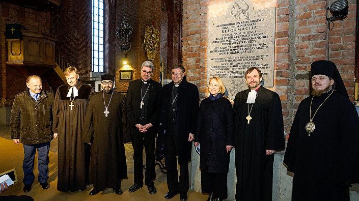 Представители различных конфессий в Церкви Святого Петра