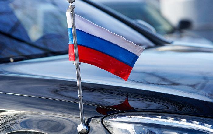 Krievijas karodziņš Krievijas vēstnieka Latvijā automašīnā