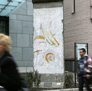 Berlīnes sienas fragments pie Vācijas vēstniecības Kijevā. Foto no arhīva