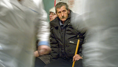 Мужчина в очереди на прием к врачу