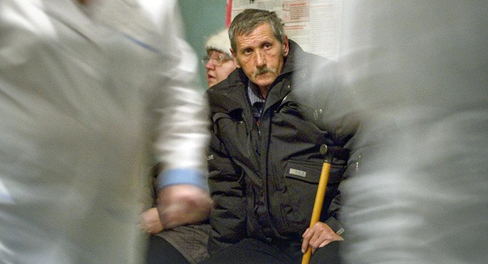 Vīrietis gaida pieņemšanu pie ārsta
