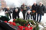 Ветераны войны в Афганистане возлагают цветы к памятнику
