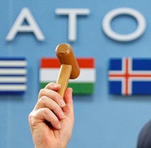 Генеральный секретарь НАТО Йенс Столтенберг держит церемониальный молоток, архивное фото