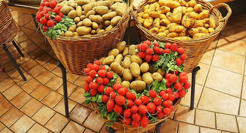 Kartupeļi un redīsi grozos