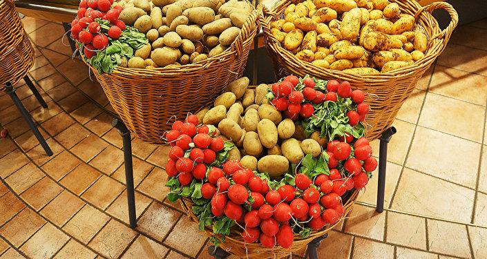 Картофель и редис в корзинах