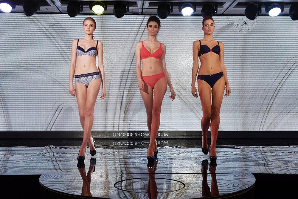 Смотреть переодевание моделей на показе нижнего белья