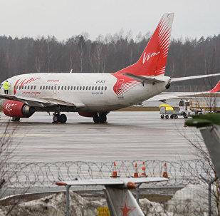 Kompanijas VIM Airlines lidmašīna lidostā Rīga