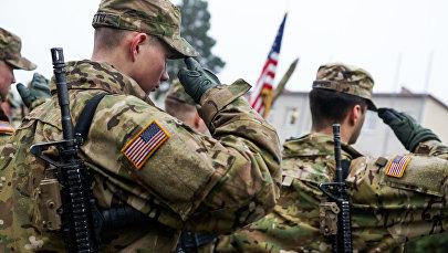 Солдаты американской армии отдают честь в строю