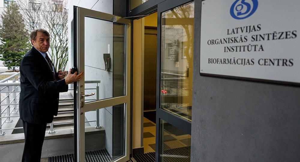 Иварс Калвиньш у входа в Центре биофармации
