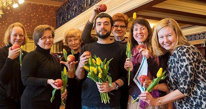 Члены сообщества #КакМнеТеатр наградили дипломом и бунинскими яблоками режиссера Аика Карапетяна