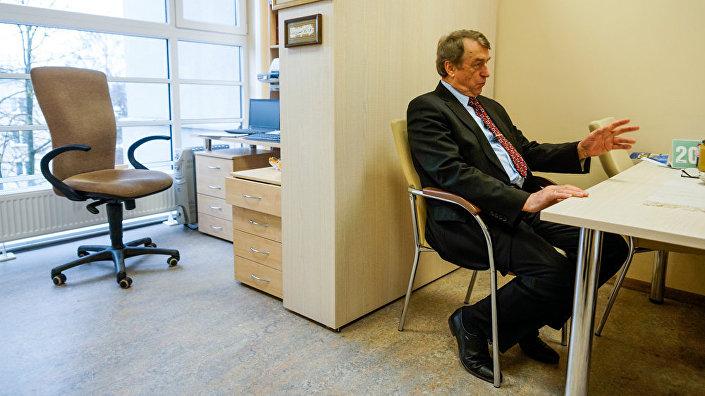 Скромный рабочий кабинет профессора Ивара Калвиньша