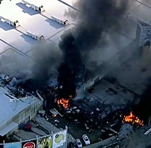 Melburnas apkaimē uz tirdzniecības centra nokritusi lidmašīna: kadri no katastrofas vietas