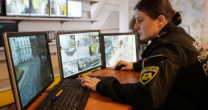 Сотрудница полиции ведет наблюдение за видеокамерами в Старой Риге