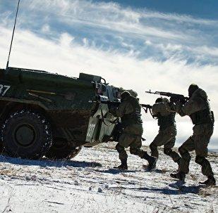 Melnās jūras flotes krasta apsardzes brigādes karavīri demonstrācijas priekšnesumā Tēvzemes  aizstāvju dienai veltītā pasākumā Angarska poligonā Krimā
