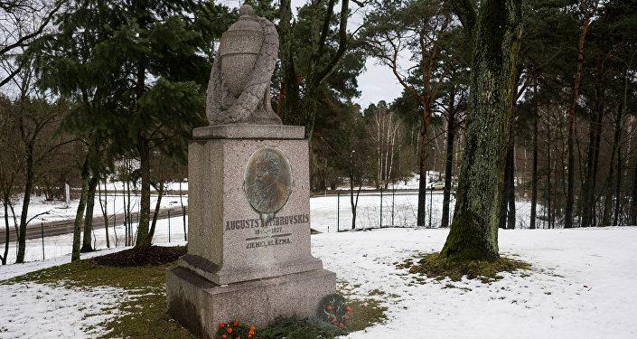 Augusta Dombrovska mūžīgās atdusas vieta Ziemeļblāzmas parkā Vecmīlgrāvī
