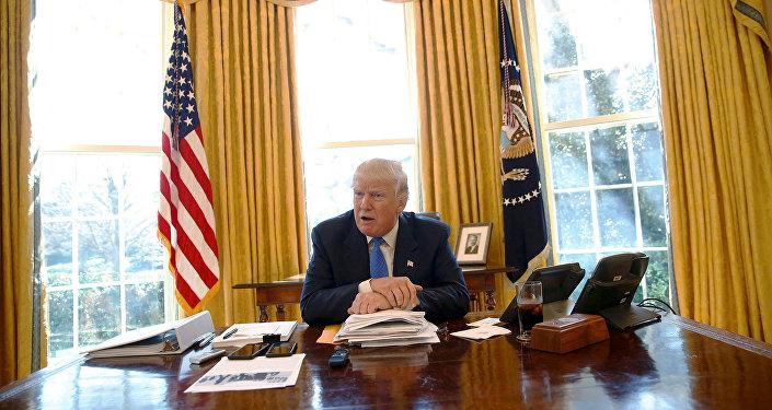 Президент Америки Дональд Трамп в Овальном кабинете
