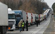 Kravas mašīnas Polijas robežas kontrolpunktā. Foto no arhīva