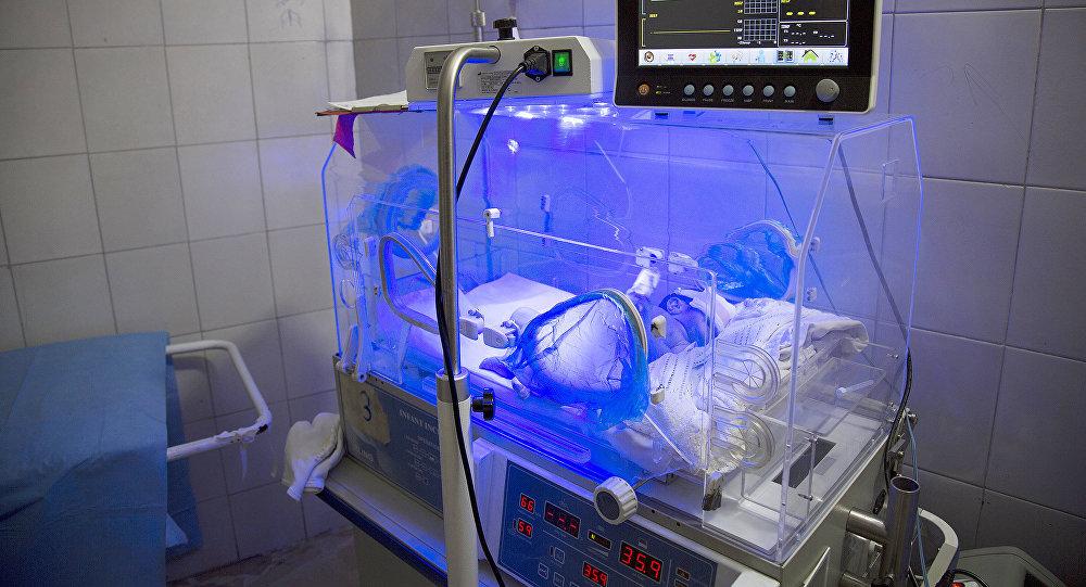Новорожденный в родильном доме, архивное фото
