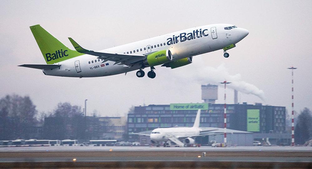 Aviokompānijas AirBaltic lidmašīna Boeing 737-36Q
