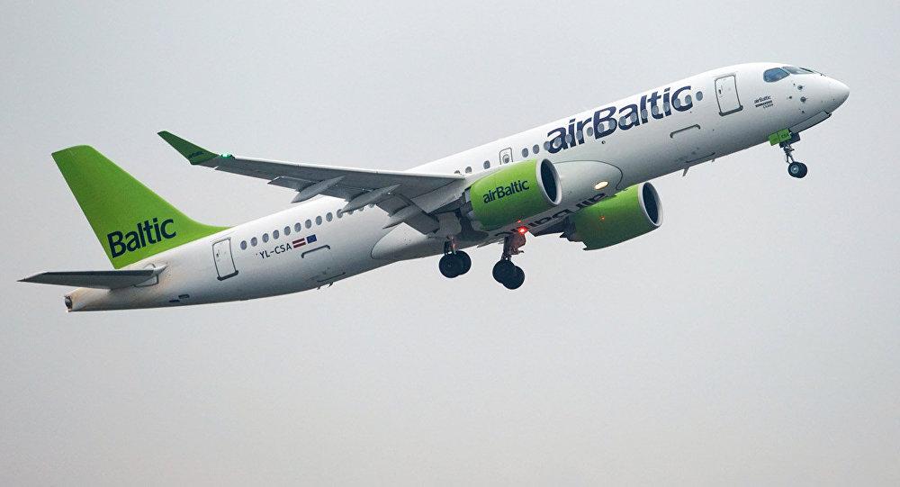 Взлет самолета Boeing 737-36Q авиакомпании AirBaltic из аэропорта Рига