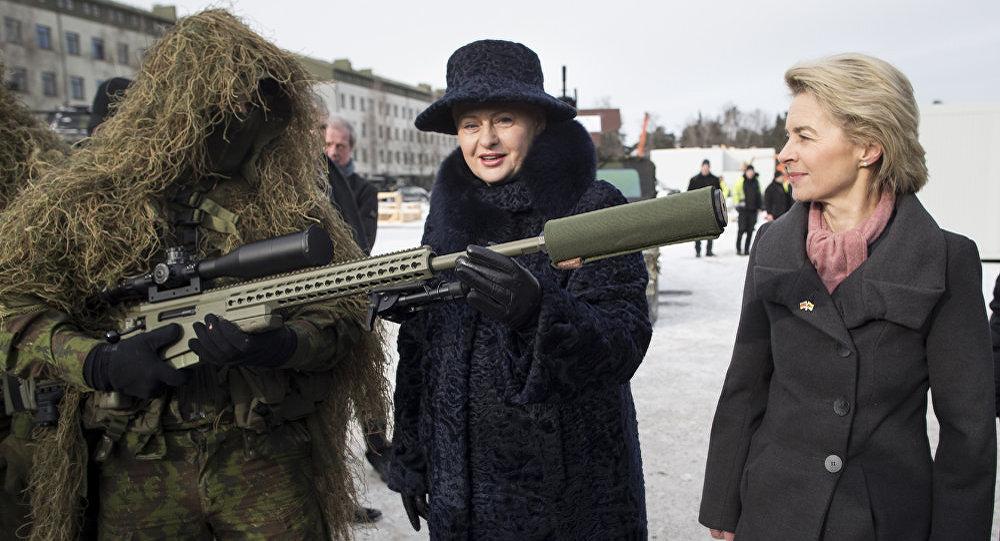 Vācijas aizsardzības ministre Urzula fon der Leiena un Lietuvas prezidente Daļa Grībauskaite