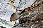 Очки и газета на журнальном столике, архивное фото